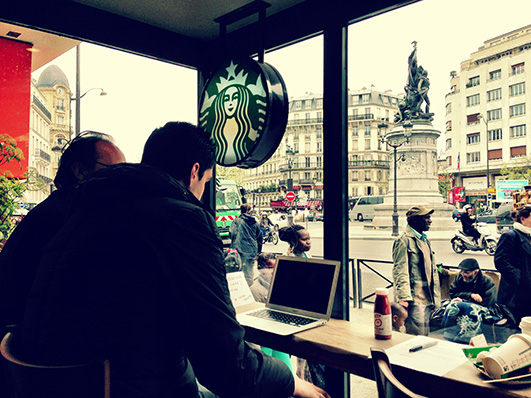 咖啡店是不错的选择,因为你经常能发现不同文化背景和年龄阶段的目标测试用户。